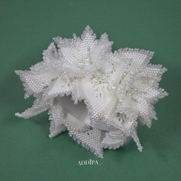 Balta, pērļotu mežvīteņu ziedu rokassprādze.