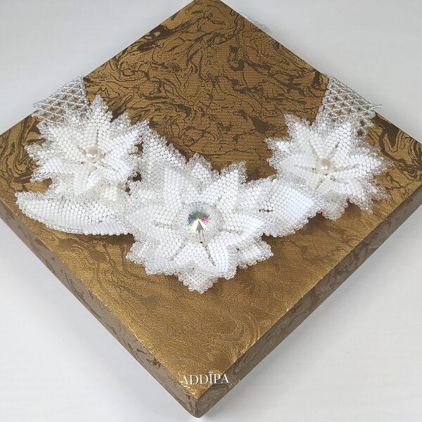Balta, pērļotu mežvīteņu ziedu kaklarota.